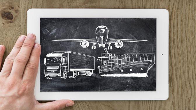 Tafel mit Kreidezeichnungen eines LKWs. eines Schiffs und eines Flugzeuges